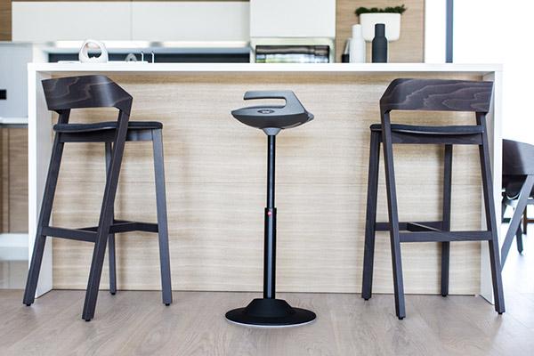 tabouret ergonomique le muvman s 39 invite la maison. Black Bedroom Furniture Sets. Home Design Ideas